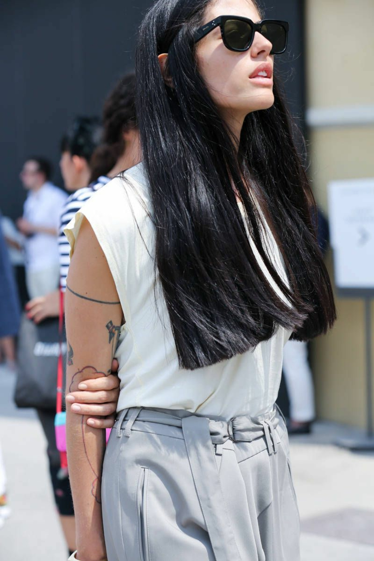 tatuaggio braccio ragazza colore capelli autunno inverno 2020 lunghi lisci occhiali da sole