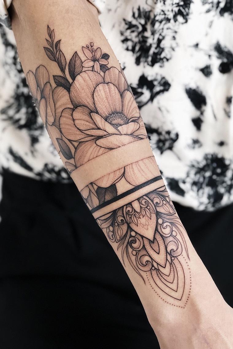 tatuaggio braccio uomo bracciale tattoo con disegno di motivi mandala e fascia nera inspessita