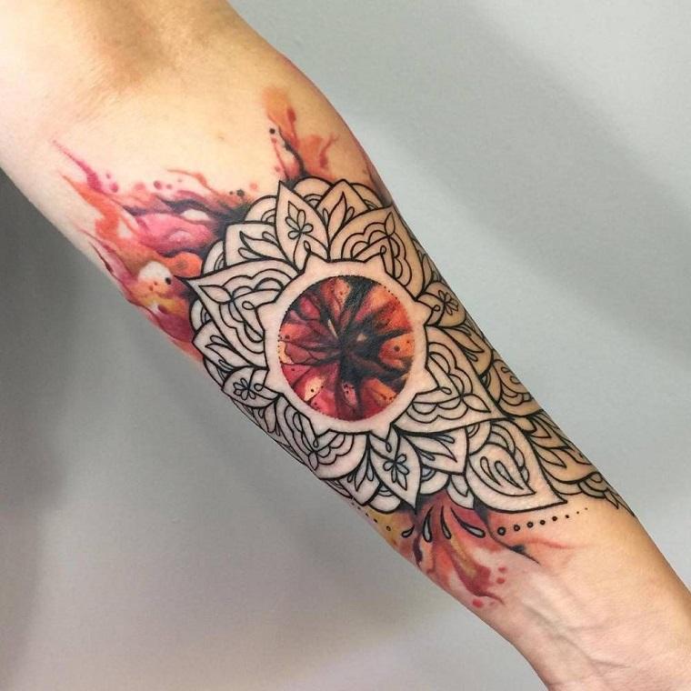 tatuaggio braccio uomo colorato avambraccio maschile con tattoo di motivi mandala
