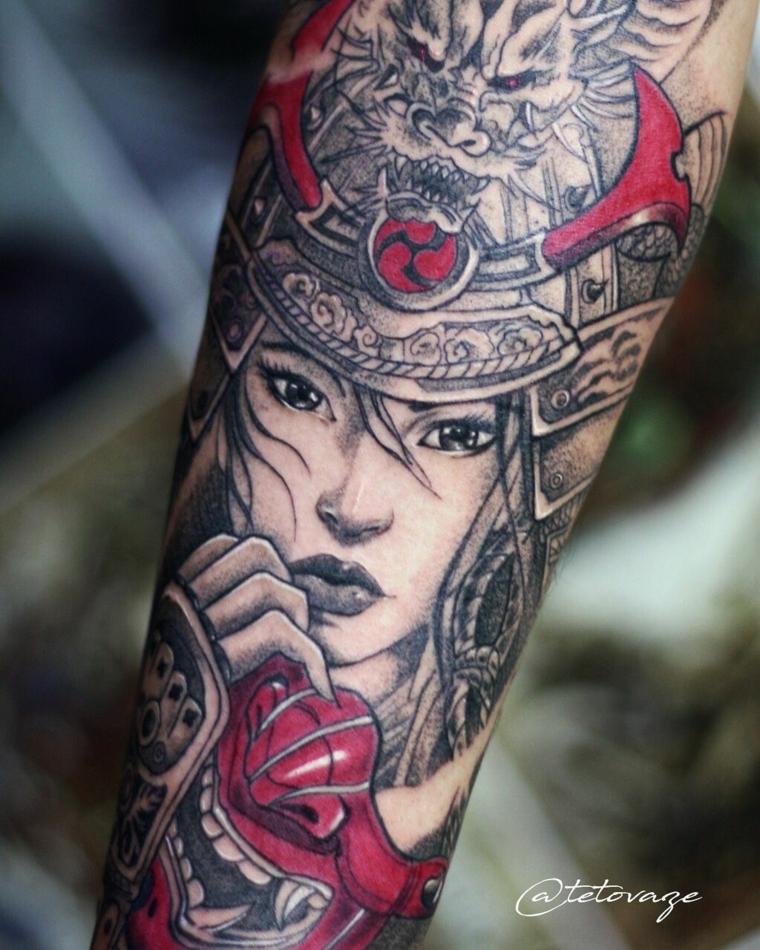 tatuaggio braccio uomo giapponese disegno di una geisha con motivi colorati di rosso