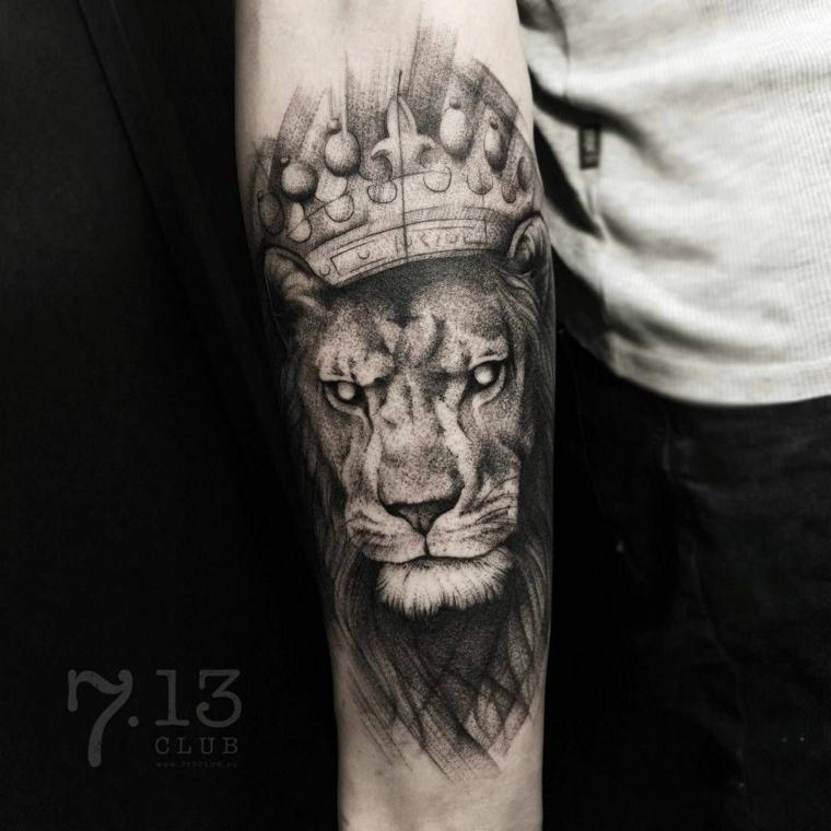 tatuaggio braccio uomo leone avambraccio con tattoo disegno corona con chiaro e scruro
