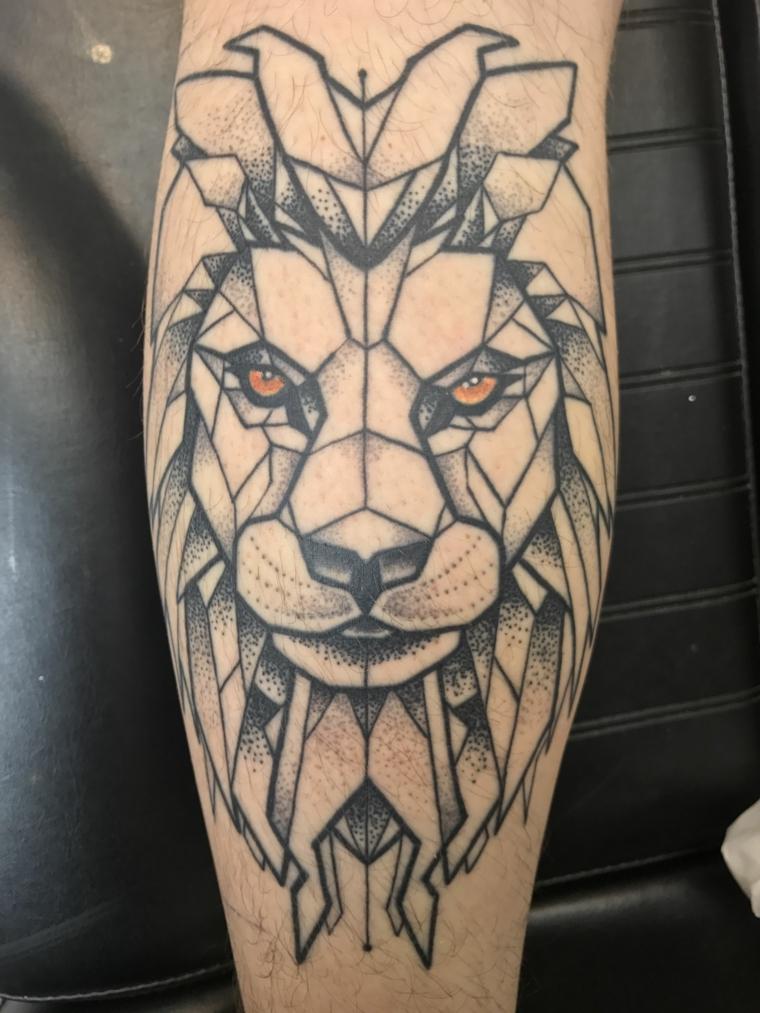 tatuaggio braccio uomo leone tattoo con figure geometriche e faccia di un felino