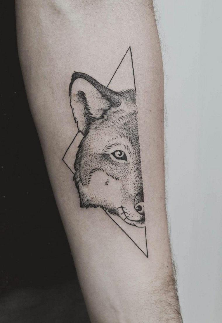 tatuaggio braccio uomo piccolo avambraccio disegno tattoo un lupo in triangolo