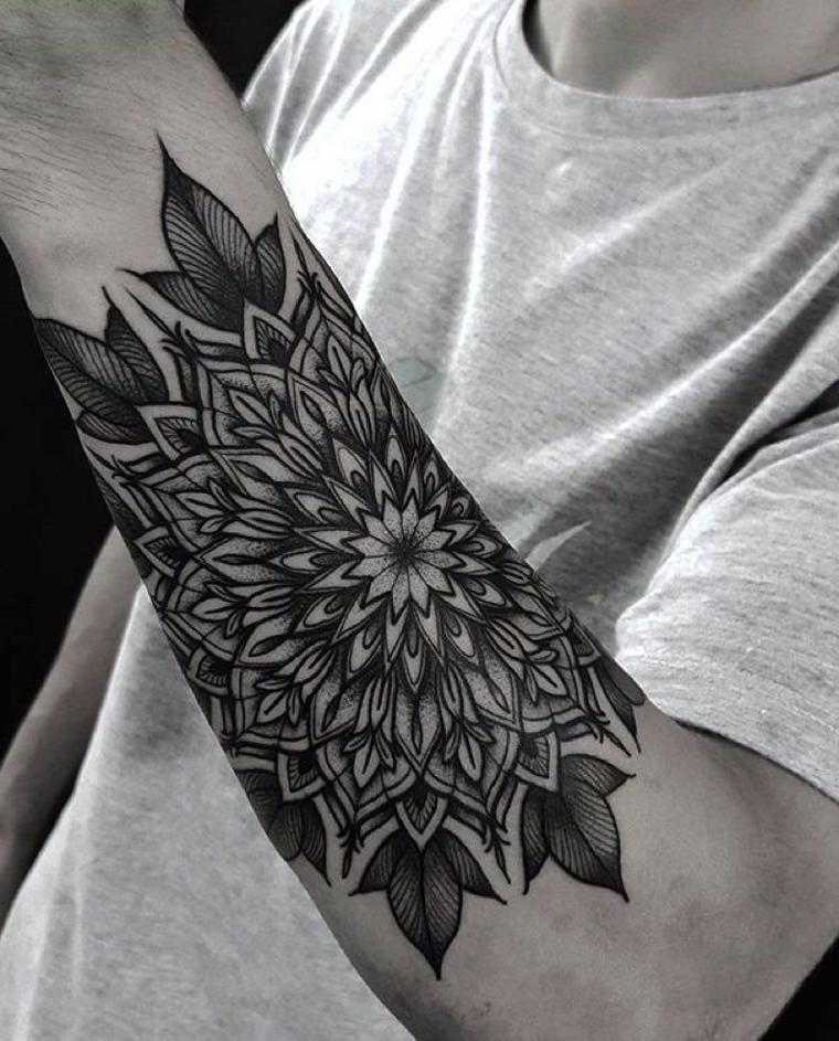 tatuaggio maori braccio uomo con maglietta colore grigio disegno tattoo motivi mandala