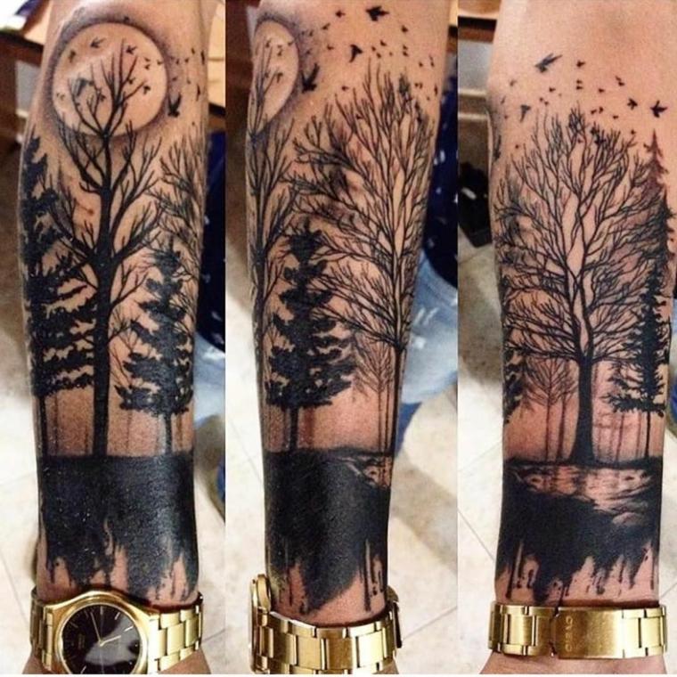 tatuaggio tutto il braccio uomo con tattoo disegno alberi e luna sull avambraccio