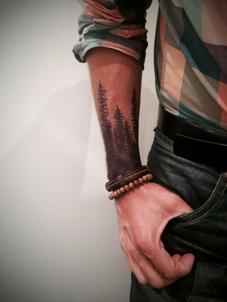 tatuaggio uomo avambraccio disegno tatto di alberi nella foresta con bracciali