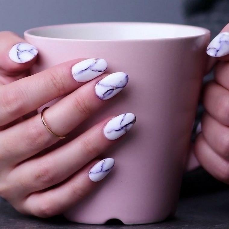tazza in mano donna colori unghie autunno a mandorla smalto effetto marmo