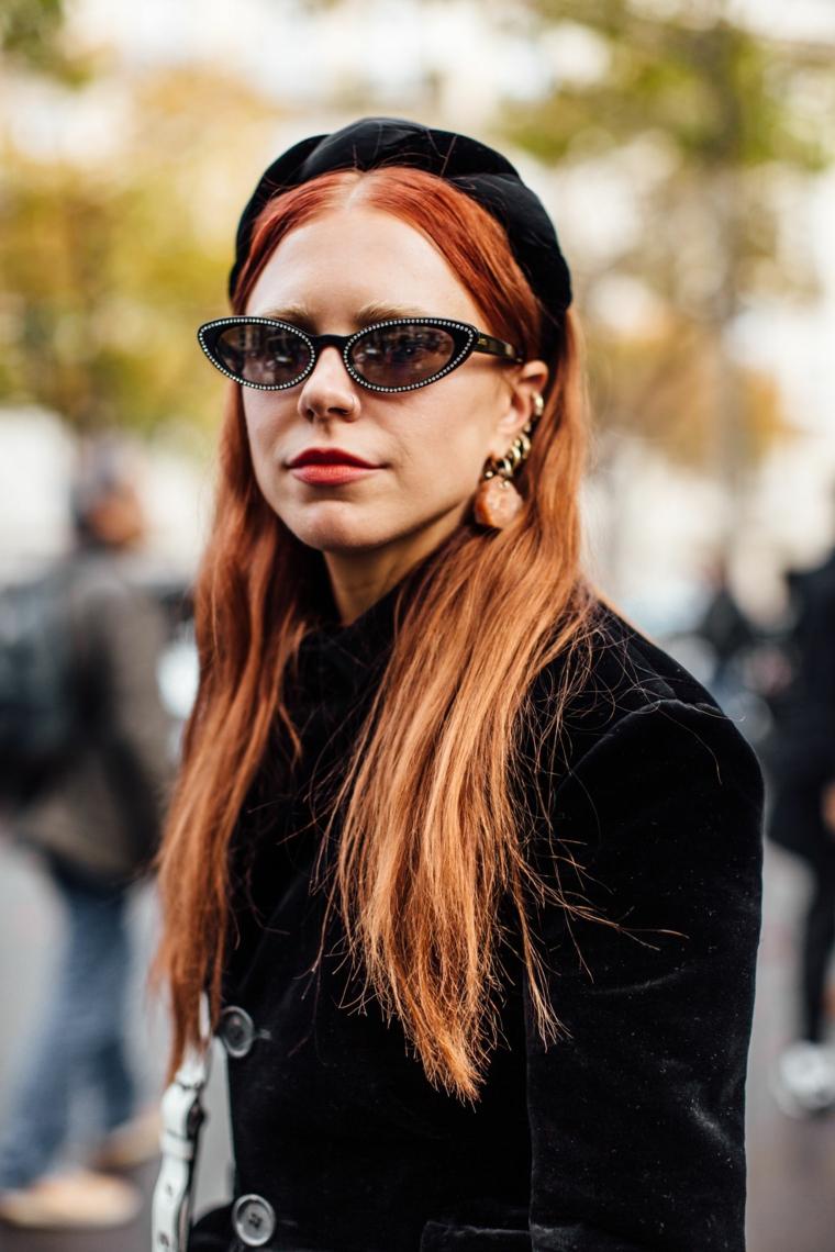 tendenze capelli 2020 colore rosso colorazione inverno acconciatura cerchietto occhiali da sole