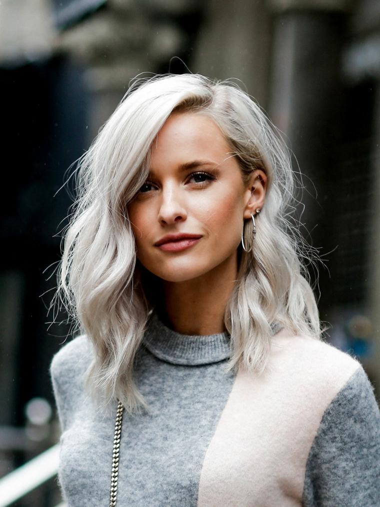 tendenze colore capelli 2020 colorazione biondo ghiaccio taglio long bob mosso