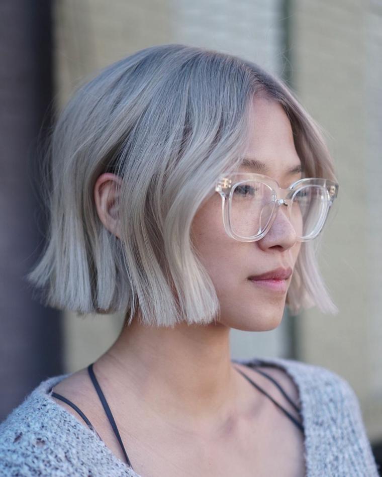 tendenze colore capelli 2020 donna taglio caschetto biondo pari occhiali da vista