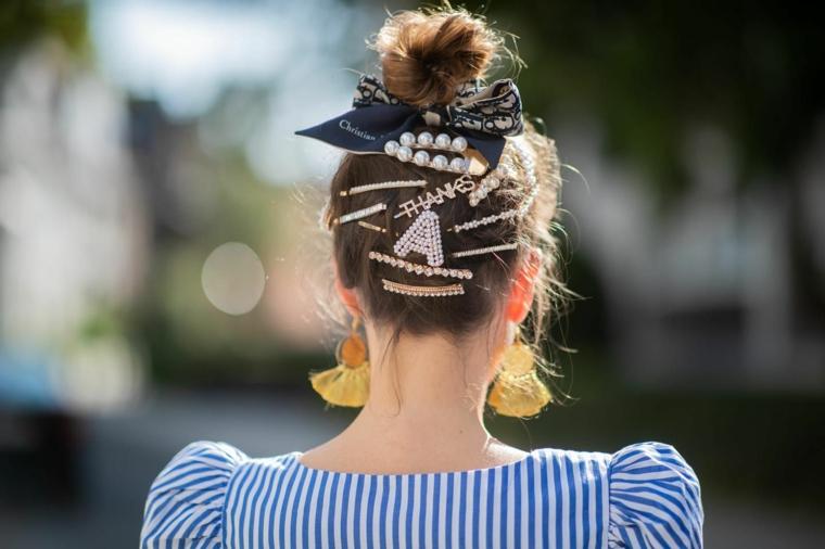 tendenze colore capelli autunno inverno 2020 biondo raccolto mollette forcine donna