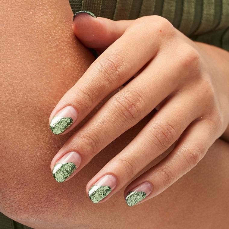 tendenze nail art invernali smalto natalizio colore verde brillantini unghie a mandorla