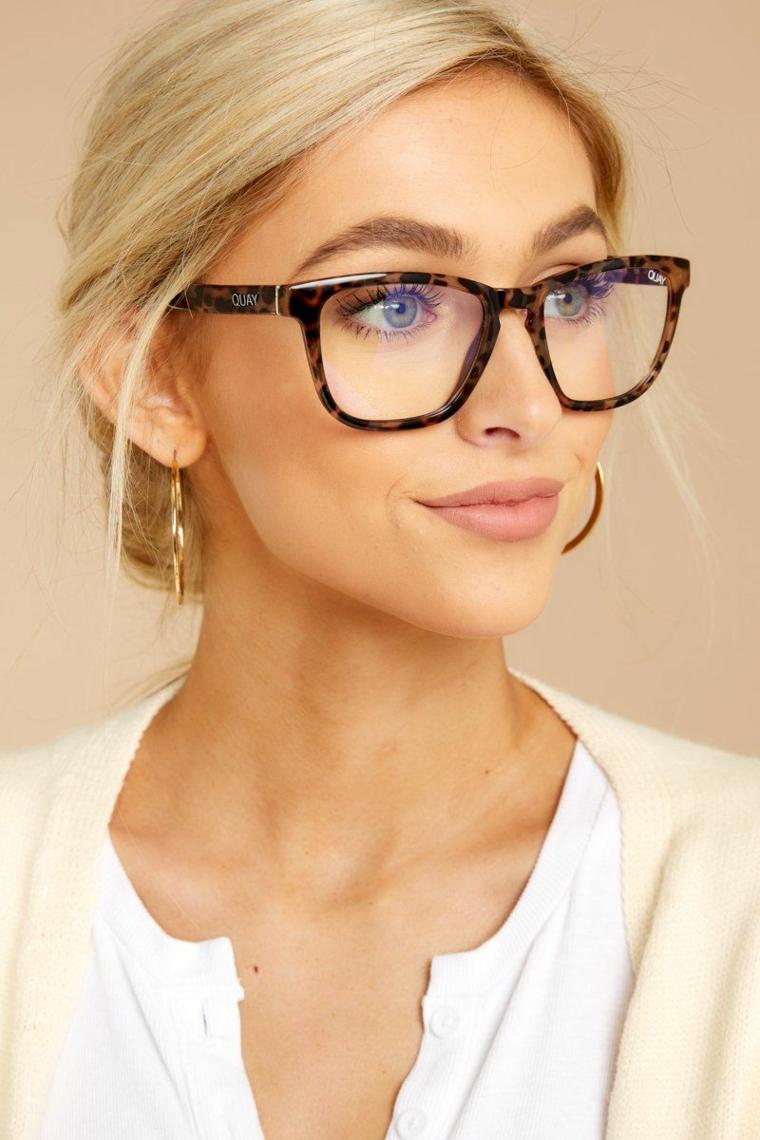 tendenze occhiali da vista 2020 donna capelli biondi raccolti montatura acetato marrone
