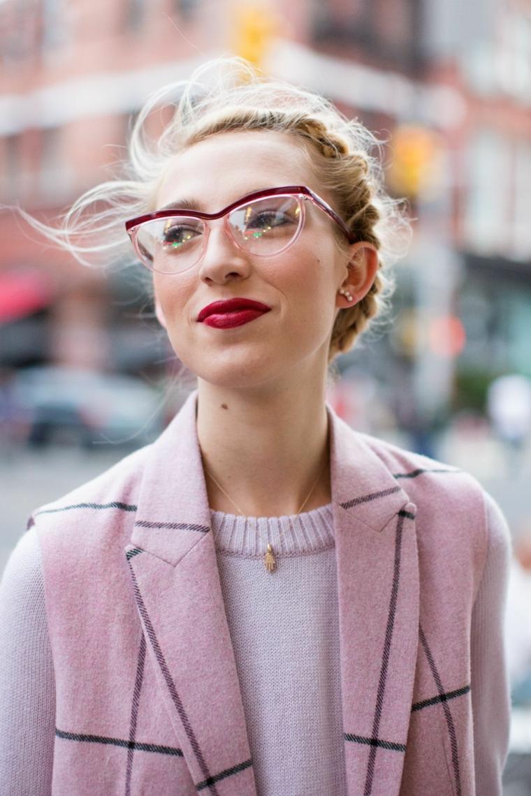 tendenze occhiali da vista 2020 montatura acetato colorato rosso trasparente donna capelli biondi legati treccia