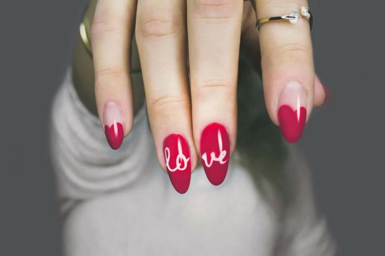 tendenze unghie autunno inverno 2020 smalto colore rosso con scritta love
