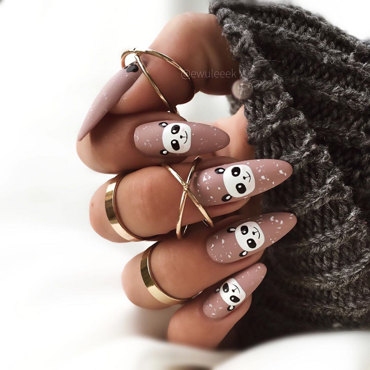 unghie a mandorla disegno panda anelli in oro sulle dita nail art autunno 2020