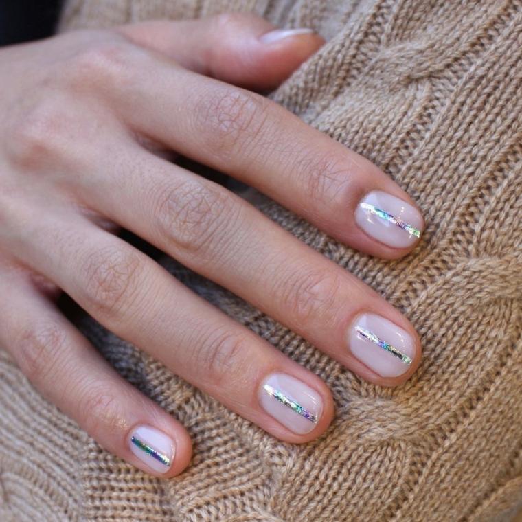 unghie corte forma ovale smalto lucido colore nude con linea di argento