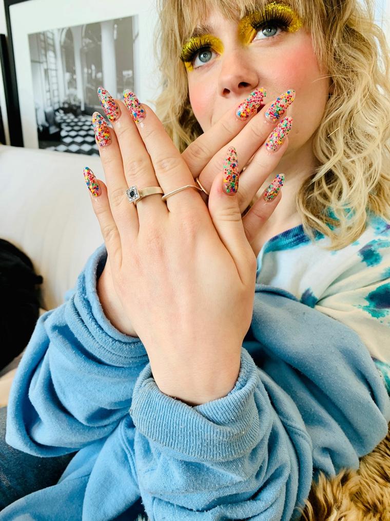 unghie gel autunno 2020 immagini manicure a mandorla colorato confetti