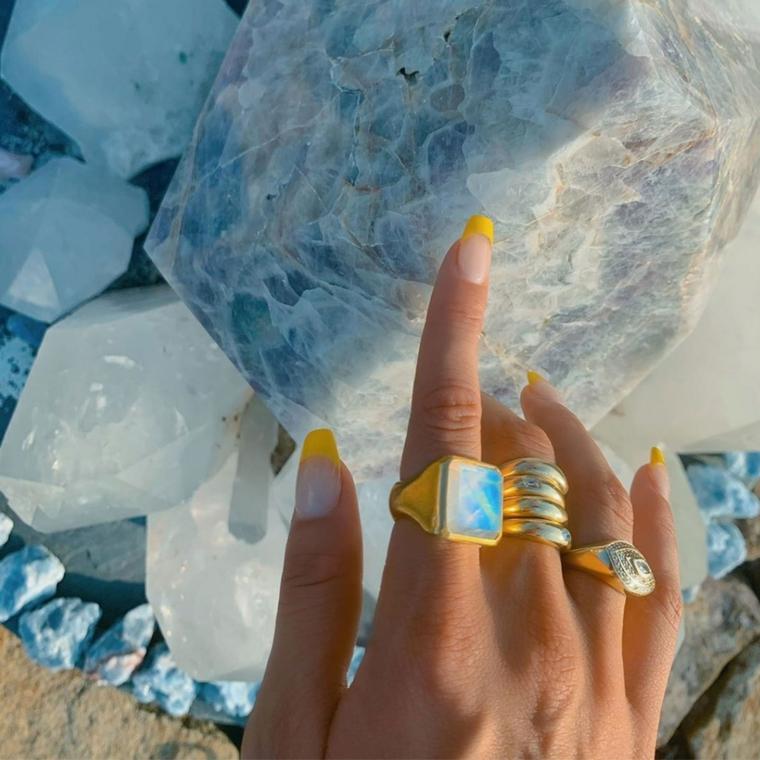 unghie semipermanente 2020 forma quadrata french manicure con smalto giallo