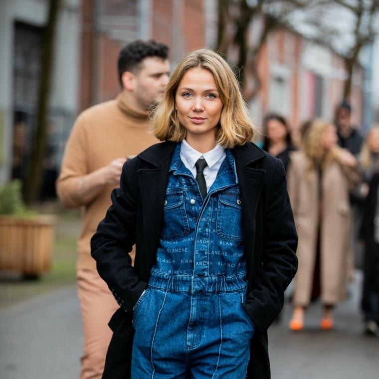 capelli corti autunno 2020 donna con taglio long bob mosso jumpsuit di jeans e cappotto