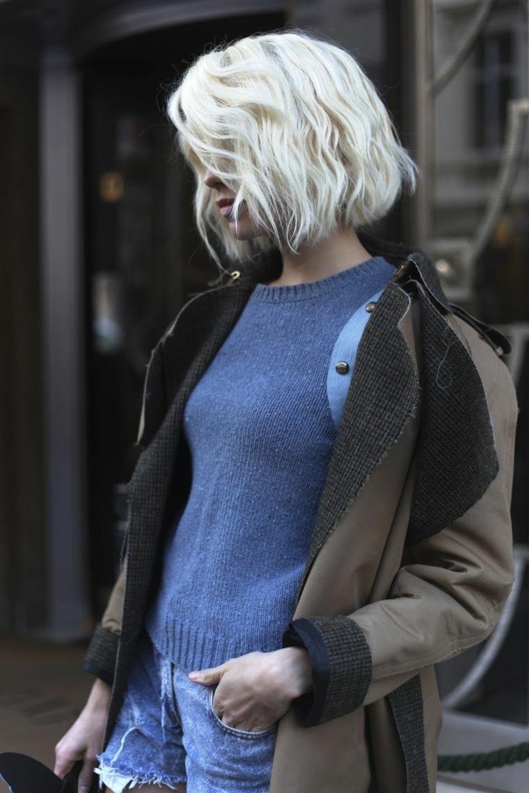 capelli corti autunno 2020 ragazza con acconcitura bionda taglio caschetto mosso