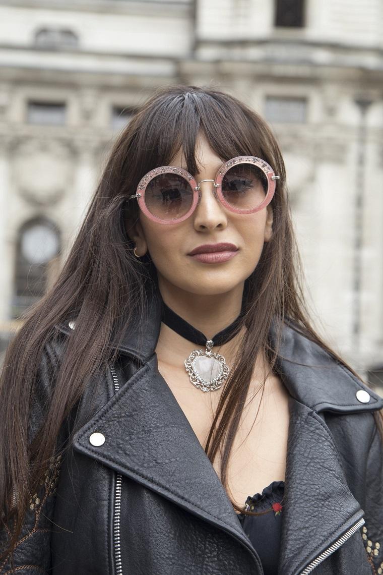 capelli lisci con frangia ragazza con occhiali da sole acconciatura con frangetta