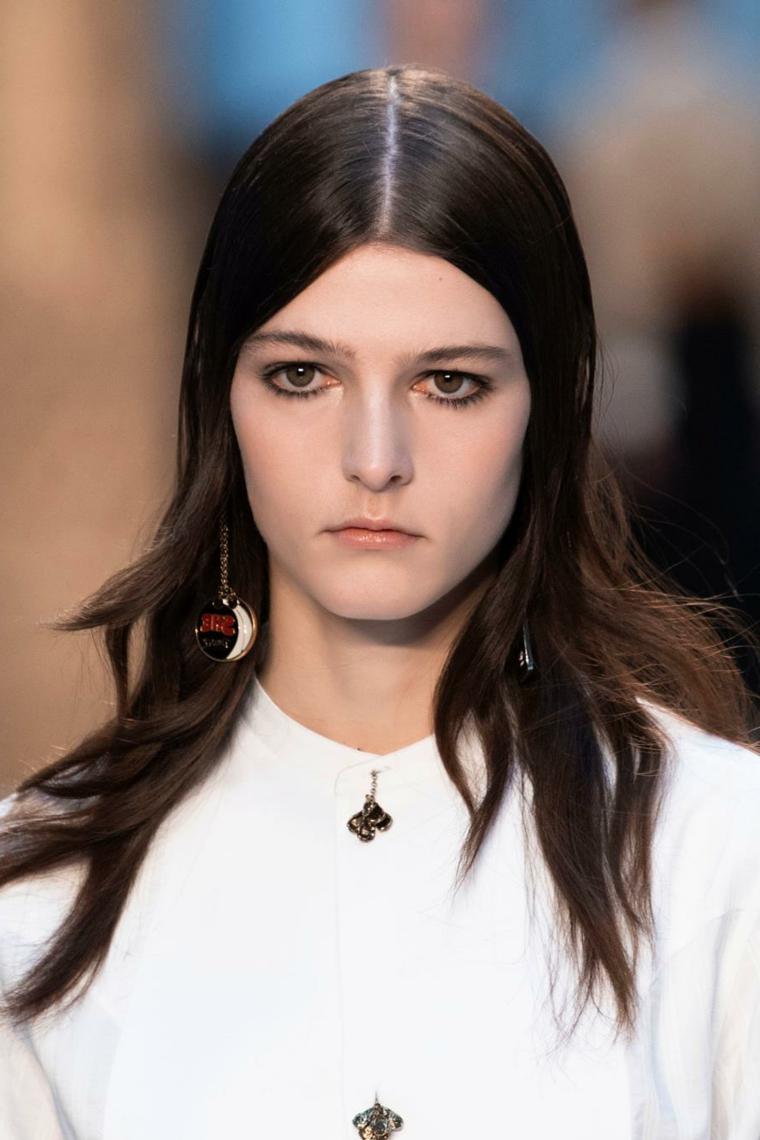 capelli lunghi autunno 2020 acconciatura castana con sfilature ragazza con orecchini pendenti