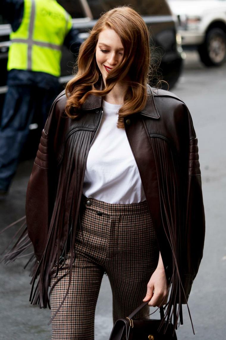 capelli lunghi autunno 2020 shag colore castano con riflessi donna con giacca di pelle