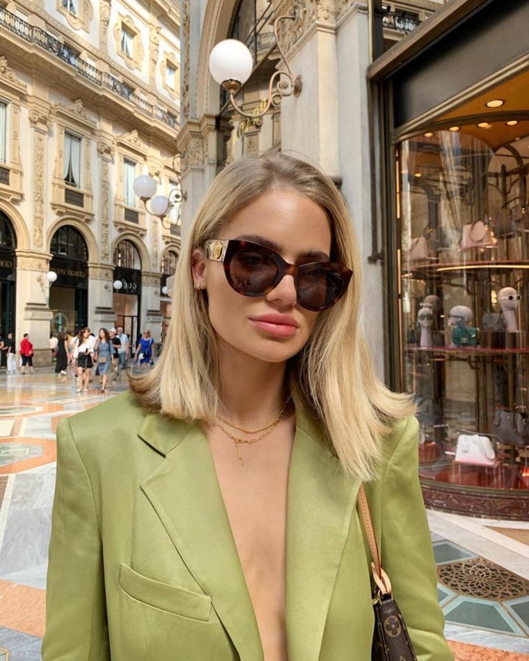 capelli medi autunno 2020 donna con taglio long bob biondo giacca verde