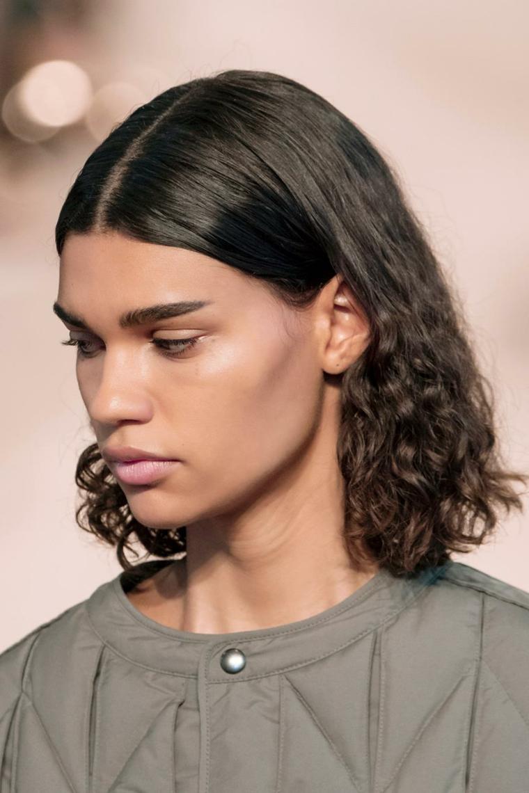 capelli ricci taglio long bob colorazione castano scuro con riga al centro