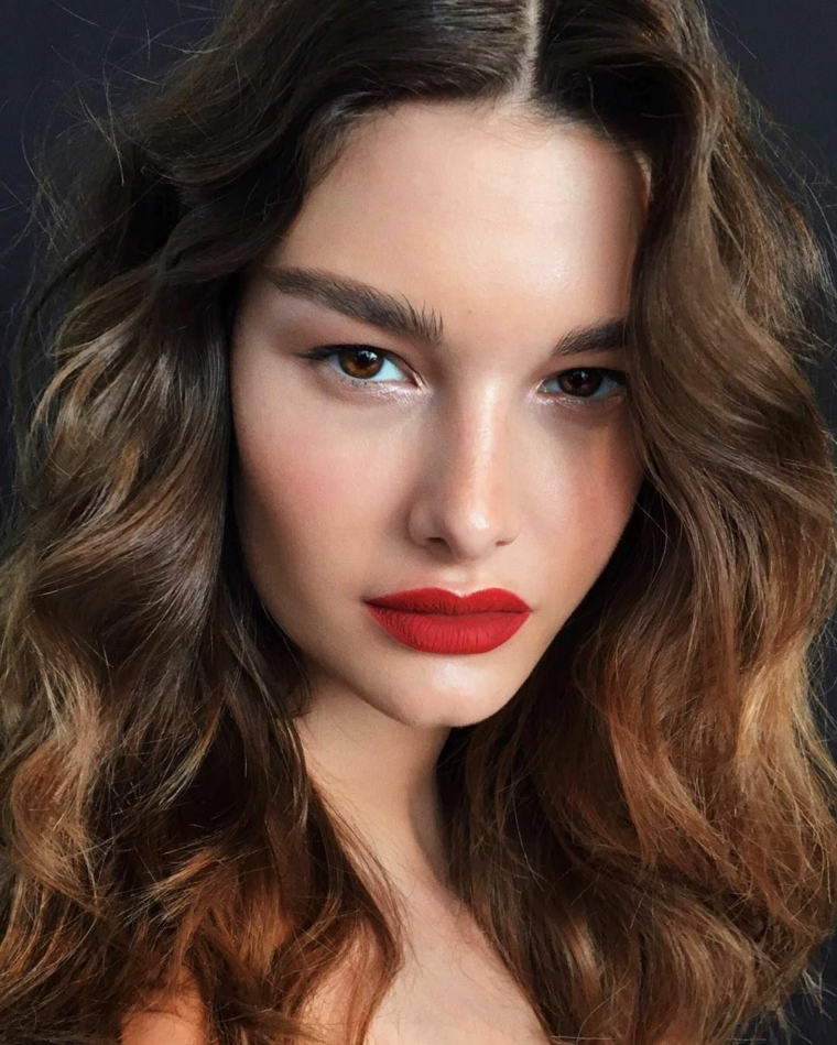 come truccare gli occhi marroni donna con rossetto rosso ragazza con capelli castani ricci