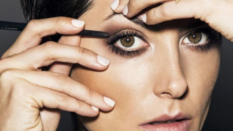 donna che sfuma ombretto con pennello come truccare gli occhi marroni