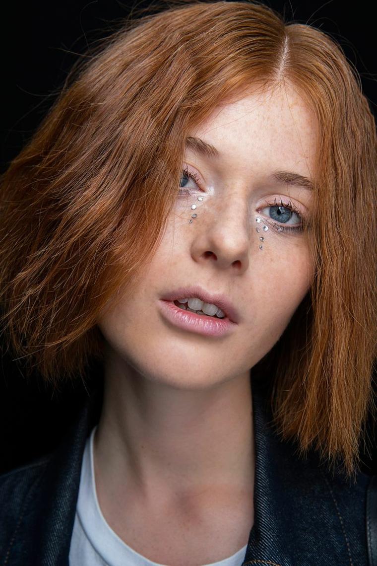 donna con capelli di colore rosso taglio caschetto medio liscio