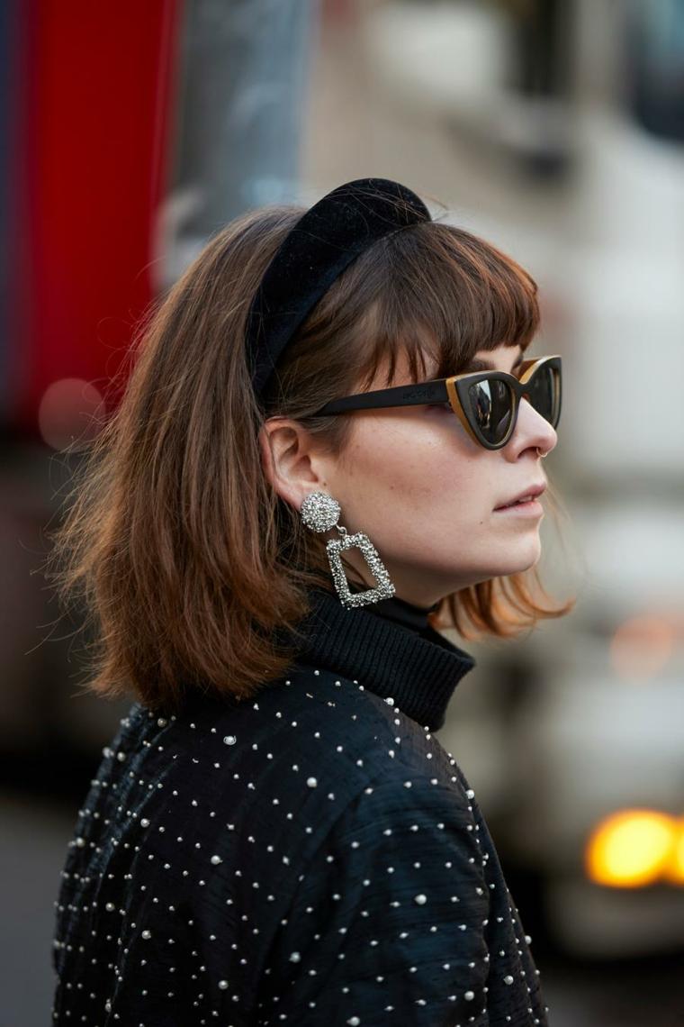 donna con cerchietto nero capelli medi autunno 2020 taglio caschetto colore castano