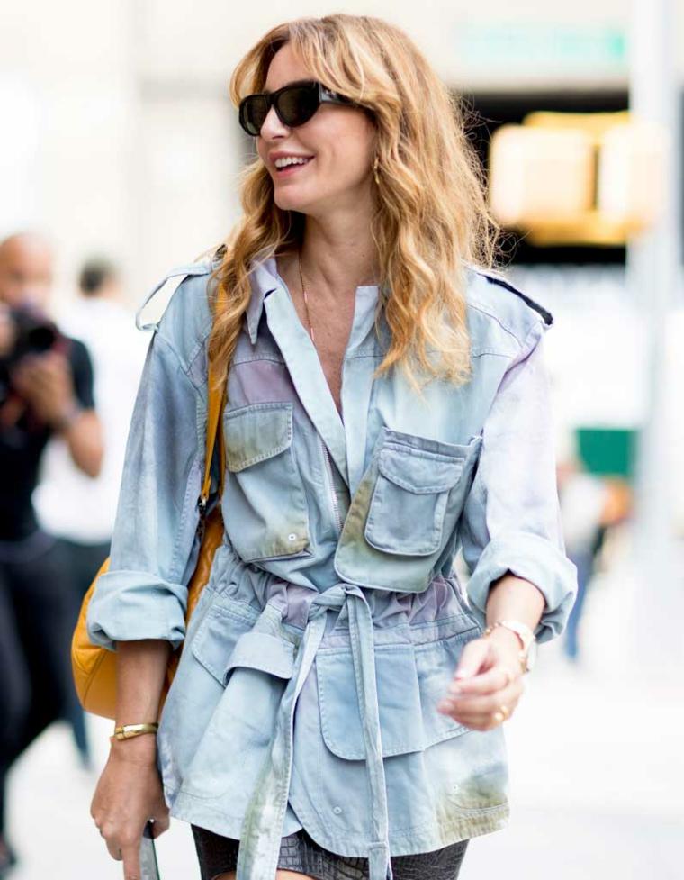 frangetta a tendina acconciatura capelli lunghi ricci donna con giacca in jeans
