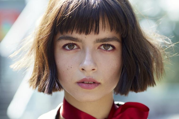frangia a tendina taglio capelli caschetto pari con frenchetta scalata ragazza con camicia rossa