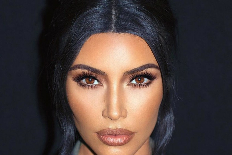 make up occhi marroni ciglia con mascara nero kim kardashian con capelli neri