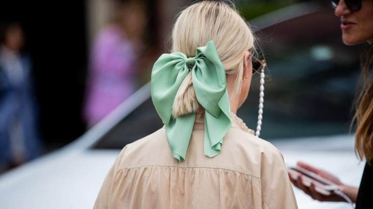 molletta con fiocco verde tagli di capelli corti acconciatura raccolto per chioma bionda