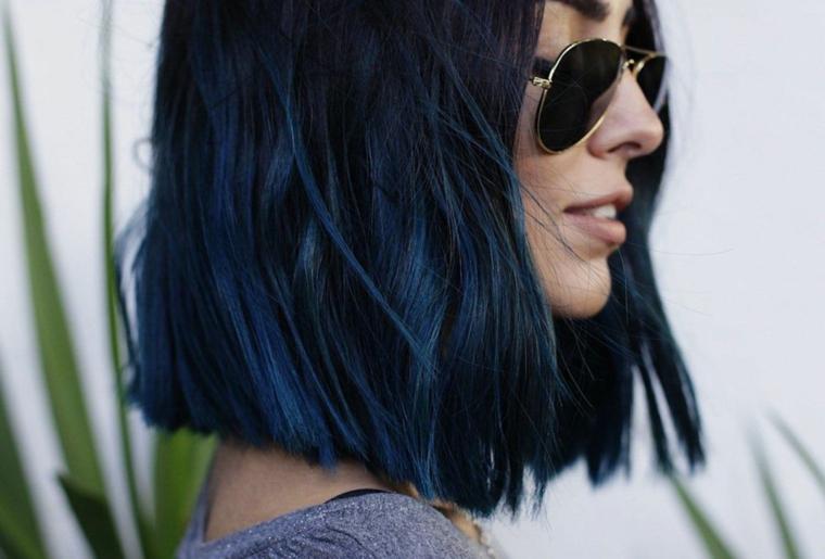 tagli capelli 2020 2021 corti e medi taglio mosso di colore nero con riflessi blu