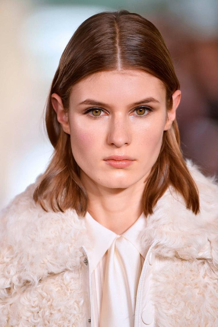 tagli capelli 2020 2021 lunghi donna con acconciatura bionda long bob mosso