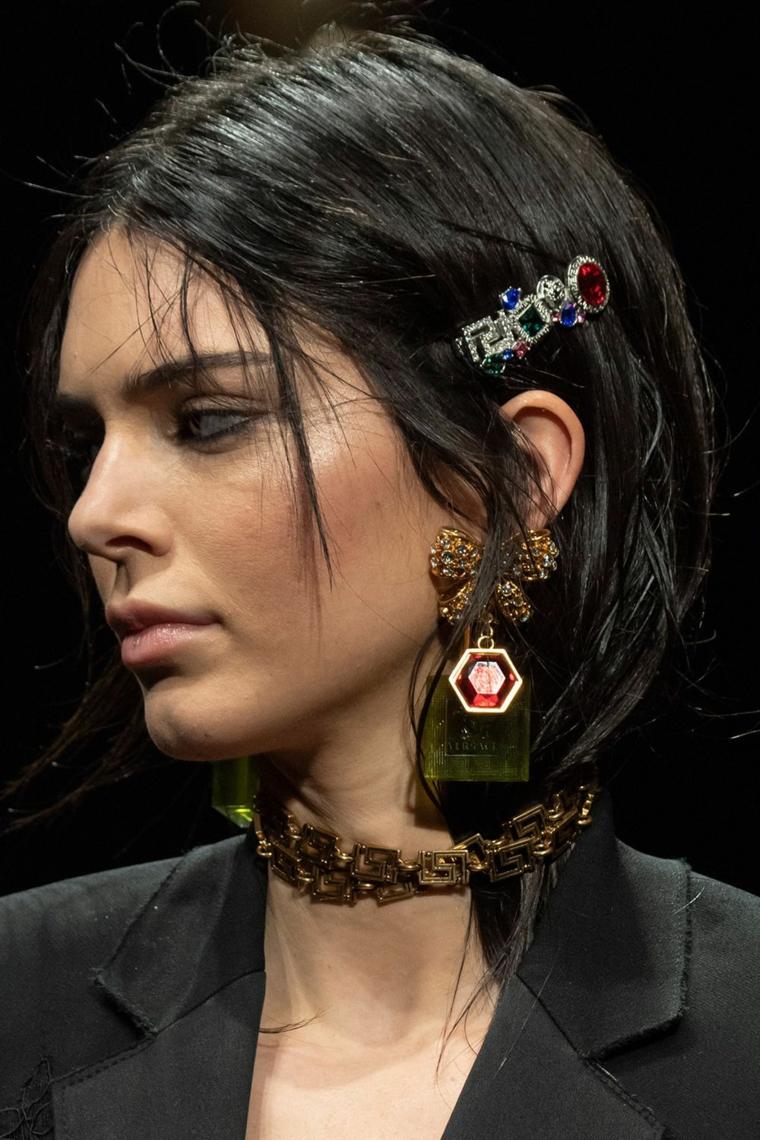 tagli capelli medi autunno 2020 acconciatura con frangia sfilata molletta con scritta