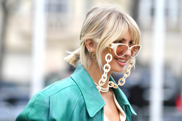tagli capelli medi autunno 2020 donna con chioma bionda acconciatura raccolto