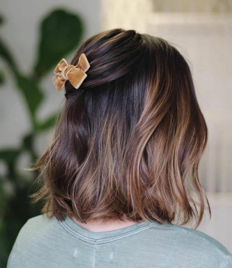 tagli capelli medi autunno 2020 donna con molletta fiocco acconciatura colore castano balayage