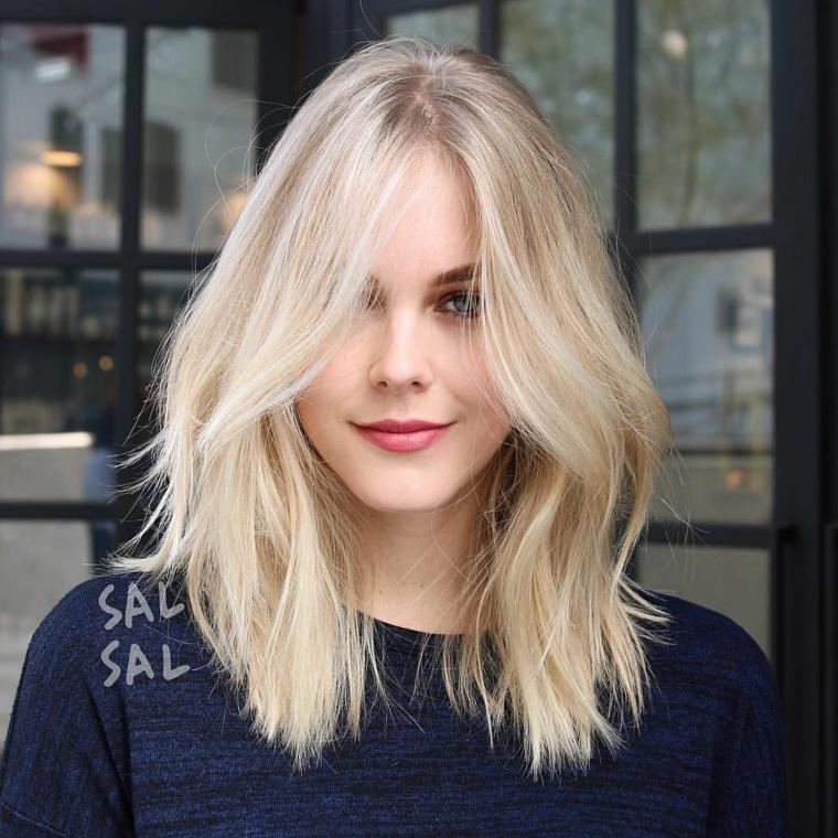 tagli di capelli corti biondi donna con acconciatura mossa con frangia laterale