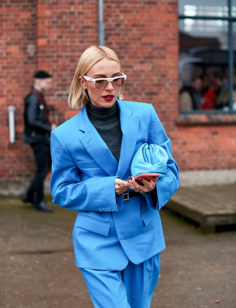 tagli di capelli corti caschetto liscio con riga centrale donna con giacca azzurra