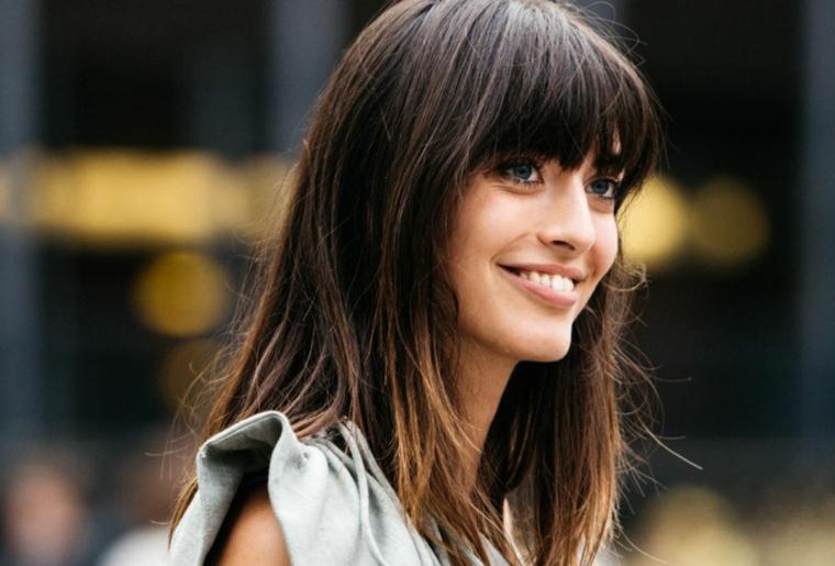 taglio capelli 2020 donne medi colorazione castano con punte chiare acconciatura con frangia