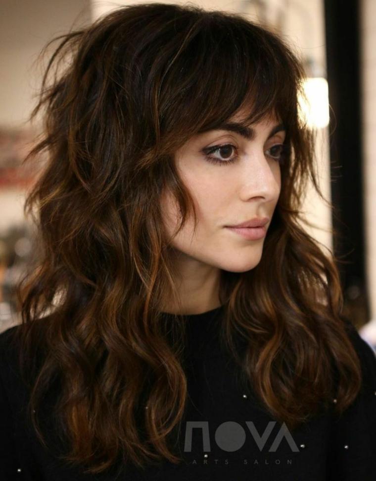 taglio capelli lunghi scalati acconciatura con frangetta aperta frangia a tendina lunga