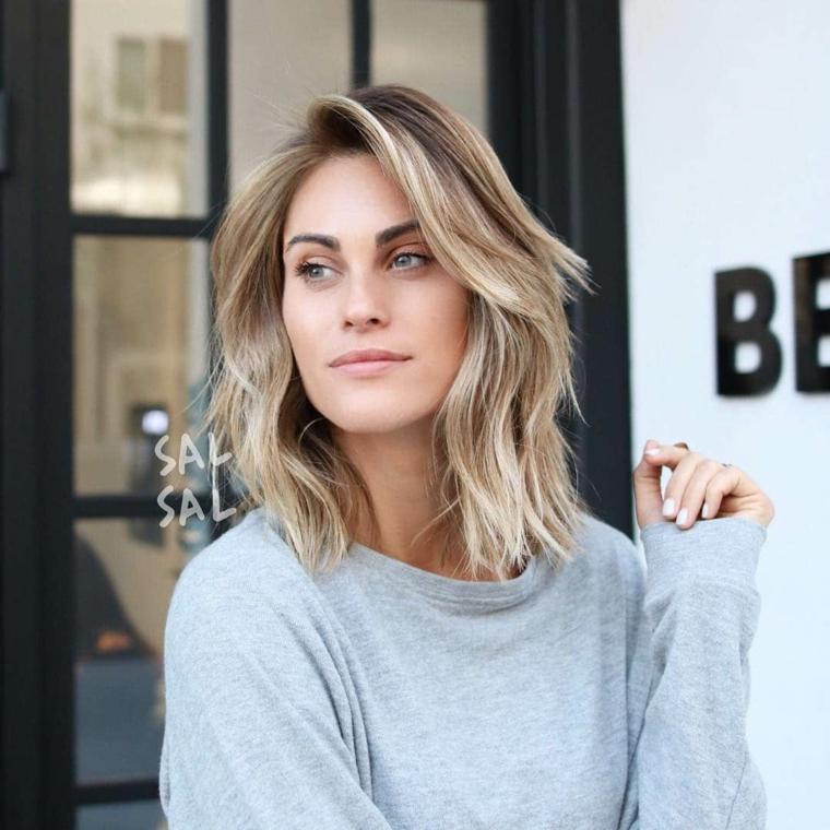 taglio capelli medio scalato frangia a tendinda fai da te ragazza con maglione grigio
