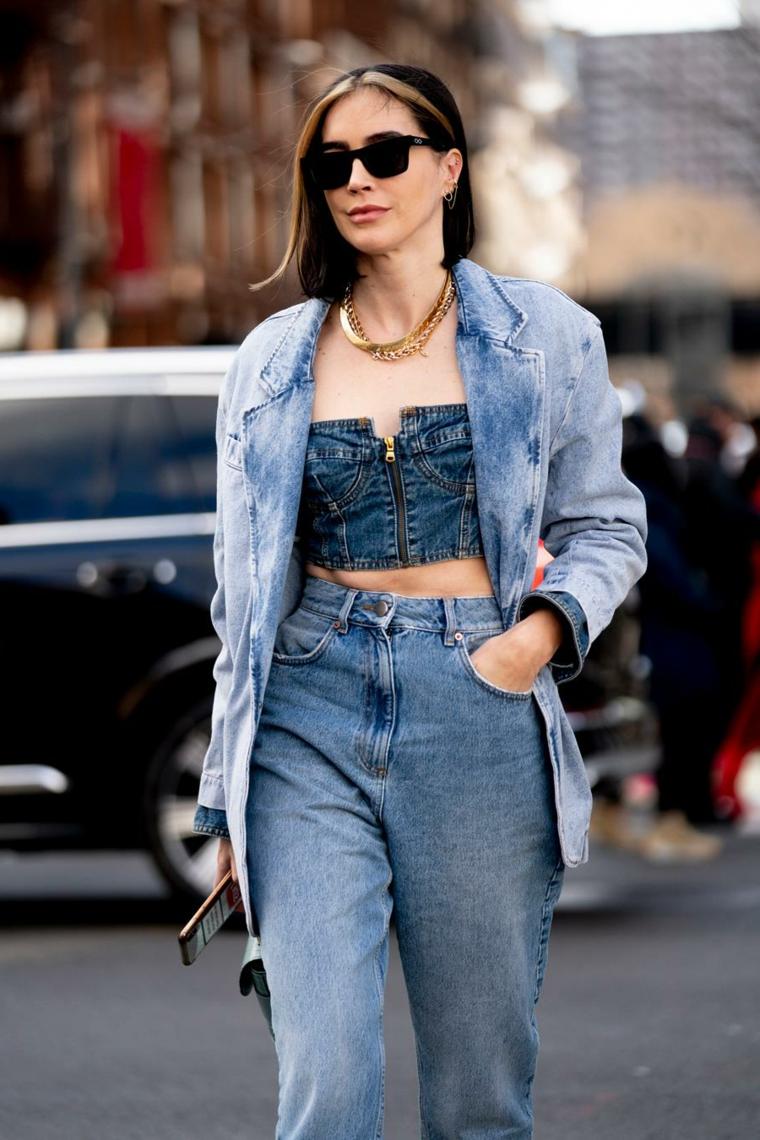 taglio long bob con ciuffi colorati donna con jeans acconciatura riga al centro