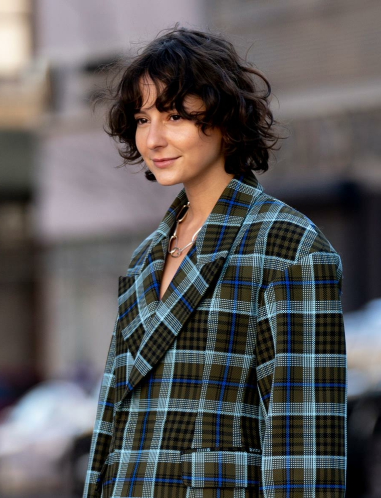 tendenze colori capelli 2020 2021 acconciatura caschetto mosso donna con giacca